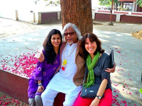 Alumni pose with Arun Gandhi legacy Tour